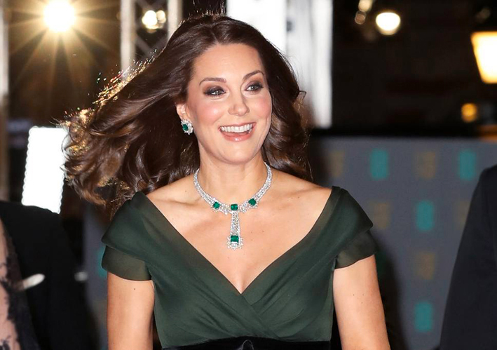 Kate Middleton al Bafta con collana e orecchini di diamanti e smeraldi