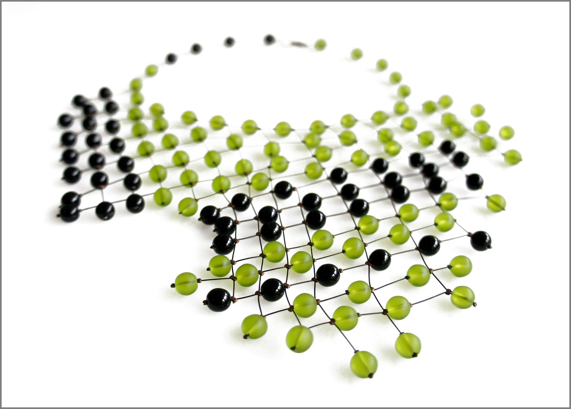 Collana con perle nere e verdi