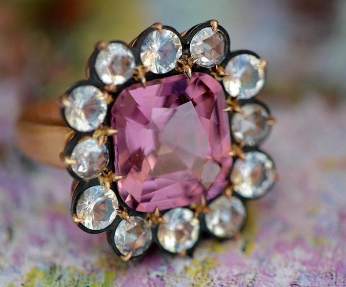 Anello in oro rosa con spinello, pietra luna, diamanti