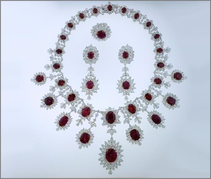 Set di collana, orecchini e anello di diamanti e rubini