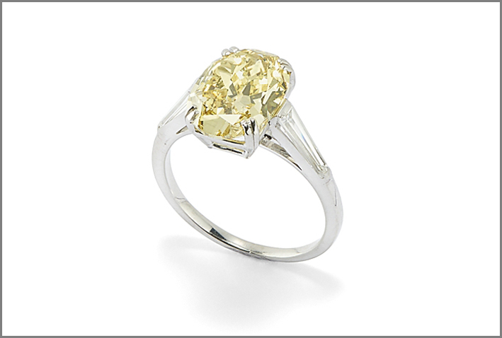 Anello con diamante Fancy Vivid Yellow di 3,66 carati
