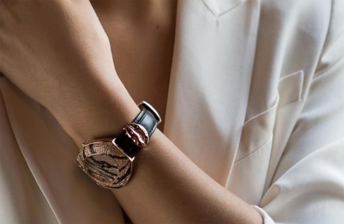 Le labbra Marilyn in oro rosa, della collezione Amulet, applicate al cinturino dell'orologio