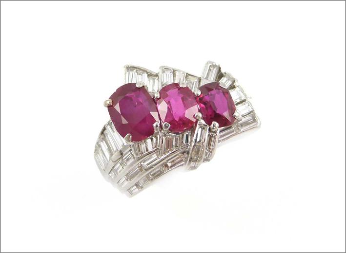 Anello art déco con tre rubini e diamanti baguette
