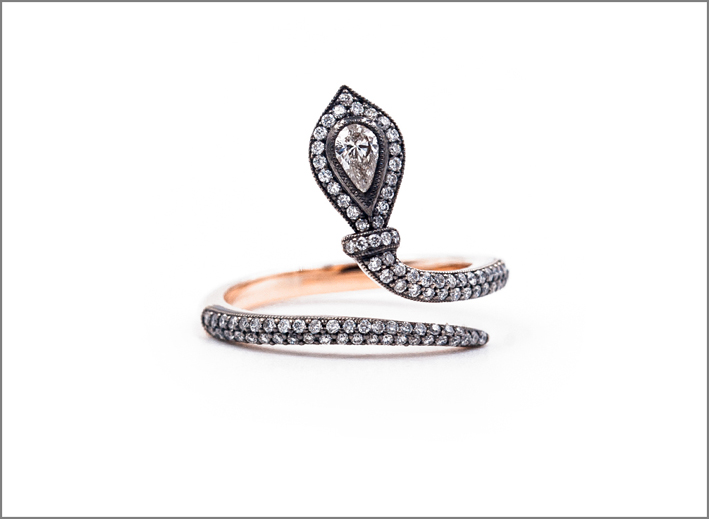 Anello serpente in oro rosa e diamanti della collezione Imago