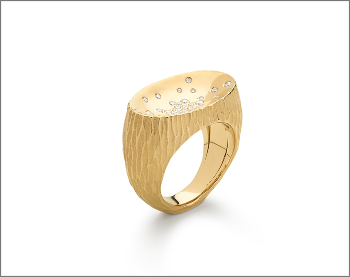 Small ring yellow gold and stars diamonds, lava finish