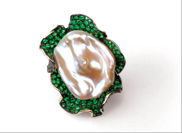 Anello Epluchure, oro 18 carati, diamante brown, granato verde, perla Biwa