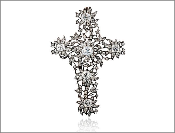 Pendente a croce e motivi floreali, stile rococo