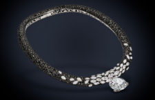 De Grisogono, collana in oro bianco con un diamante bianco taglio brillante (53,23 carati), 43 diamanti bianchi taglio marquise (24,23 carati), altri 180 piccoli diamanti bianchi (2.11 carati) e 1.706 diamanti neri (198,07 carati)