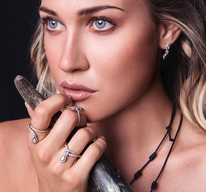 Benedetta Mazza con gioielli della collezione Imago