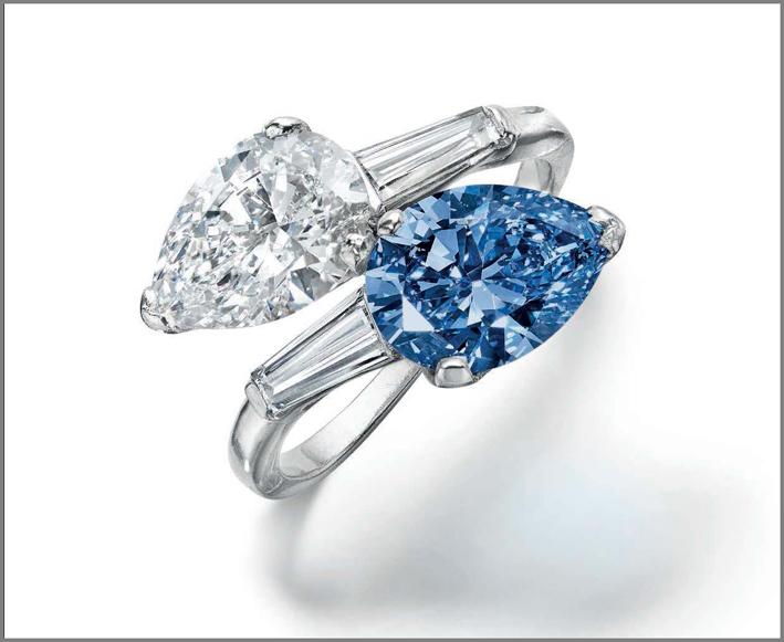 Anello con due diamanti, fancy vivid blue e bianco taglio pera, circa 2 carati l'uno, con diamanti baguette ai lati, montati su platino