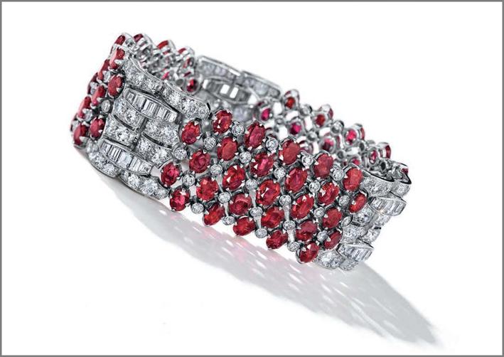 Il bracciale art déco con rubini e diamanti di Van Cleef & Arpels chiuso