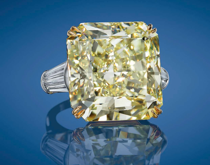 Anello con un diamante fancy intense yellow di 40,57 carati