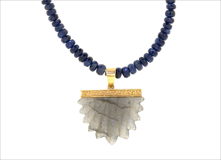 Pendente con labradorite intagliata, catena di perline di zaffiro blu