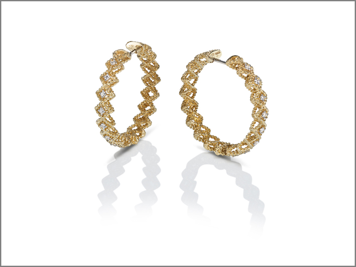 Round creole earrings in yellow gold with diamonds