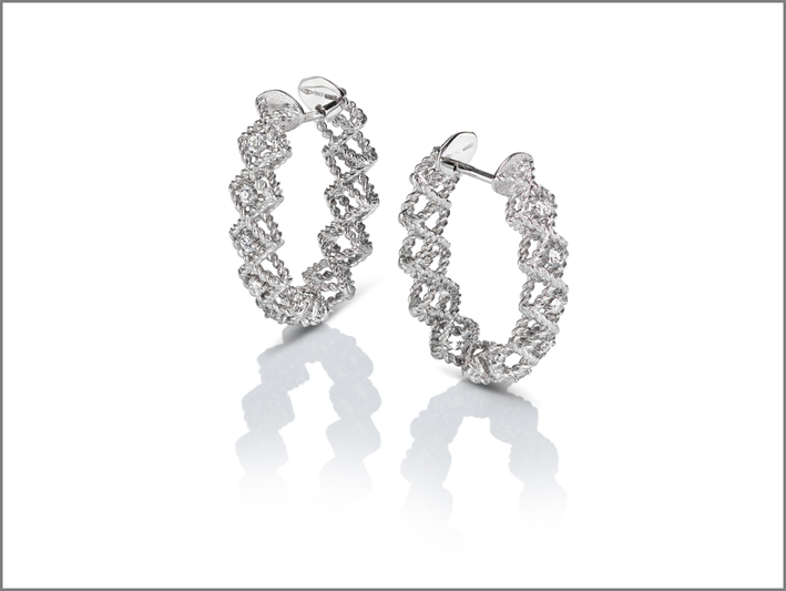 Oval creole earrings in white gold with diamonds