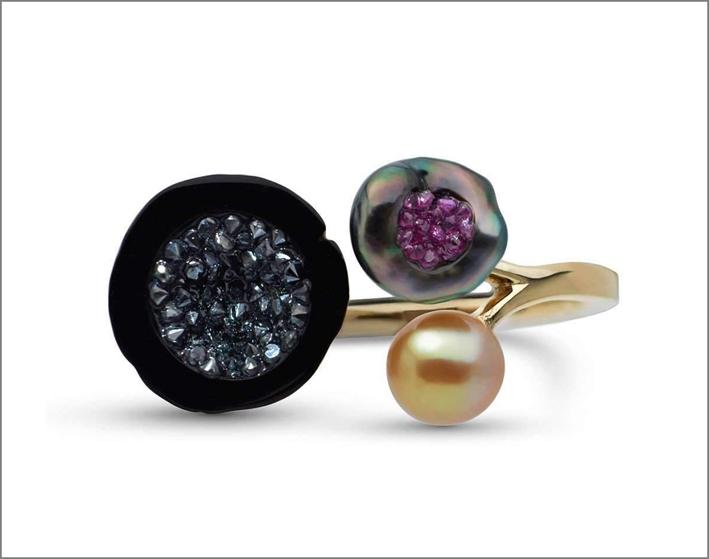 Anello con perle, diamanti neri e rubini