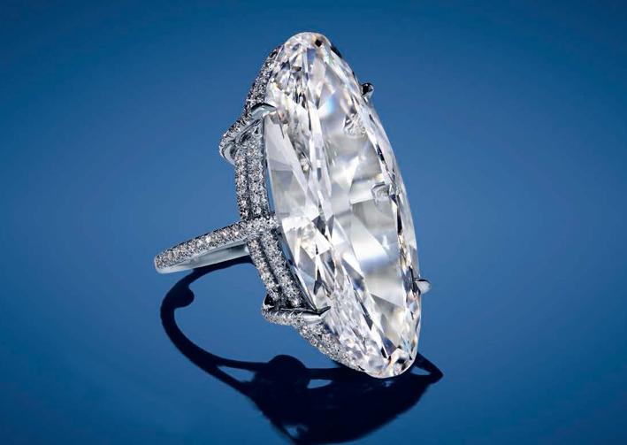 Anello con diamante ovale da 22,76 carati, colore D e purezza VVS1 di Jar