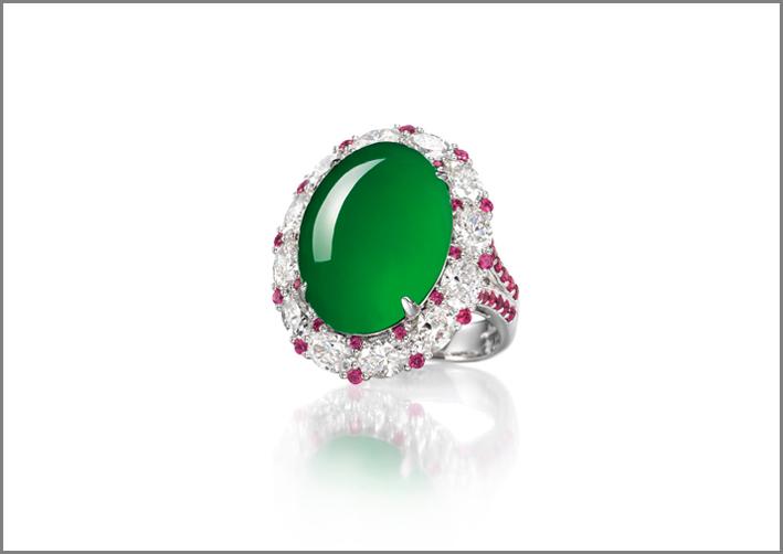 Anello con giada cabochon, rubini e diamanti