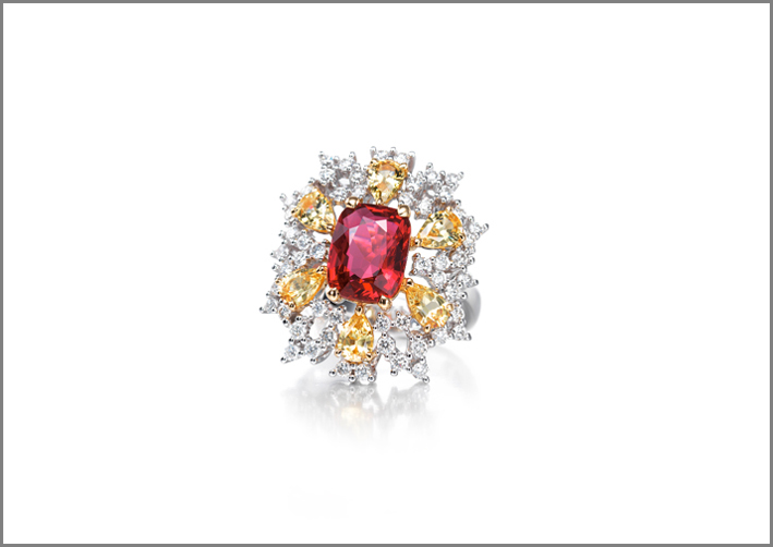 Anello con rubino, diamanti e zaffiri gialli
