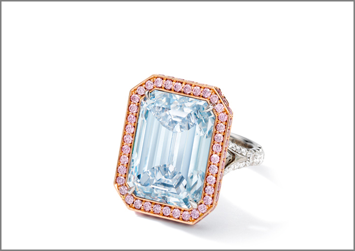 Anello con diamante fancy blue