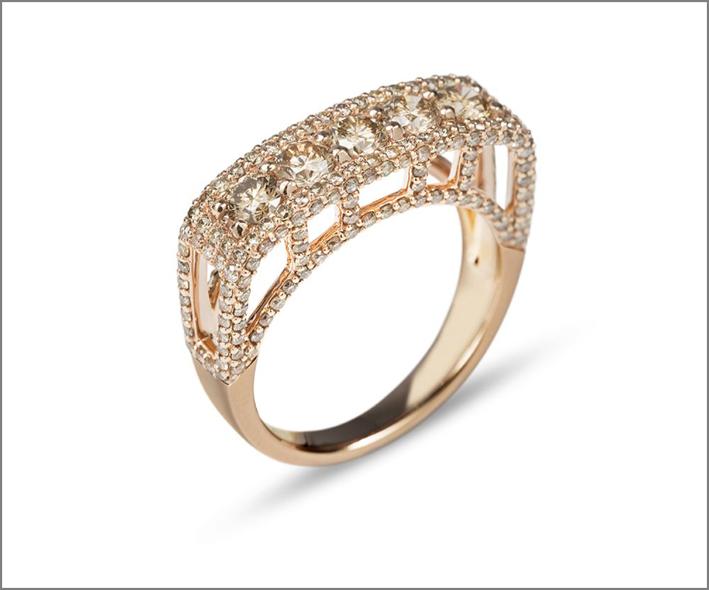 Anello della collezione Impero in oro rosa e diamanti brown