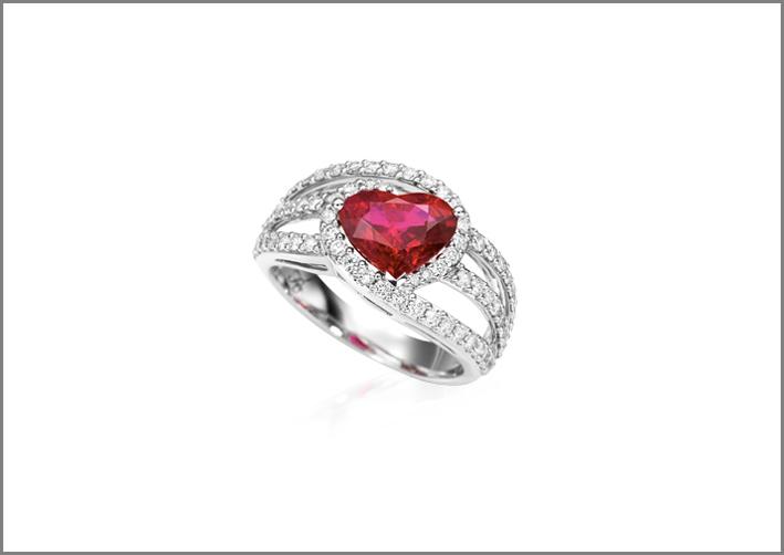 Anello con rubino taglio a cuore e diamanti