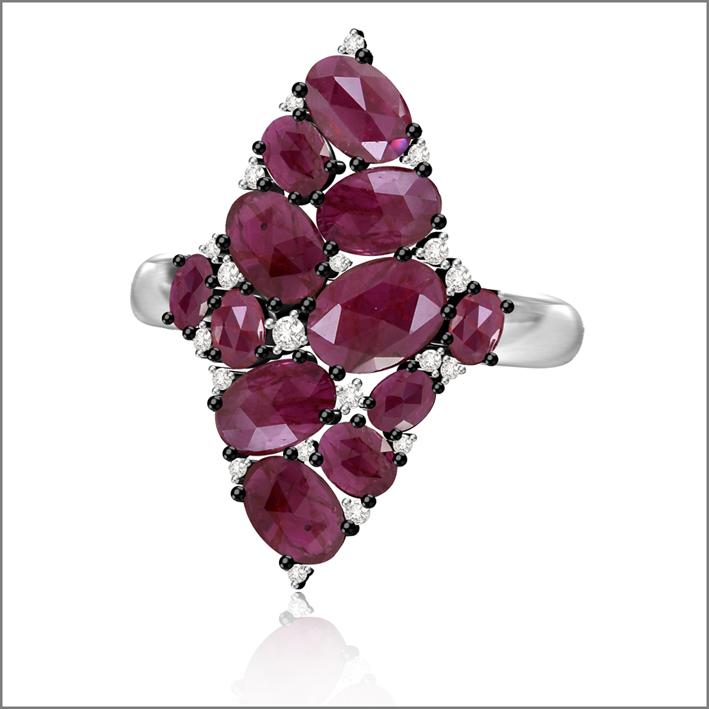 Sutra, anello con rubini e diamanti su oro bianco