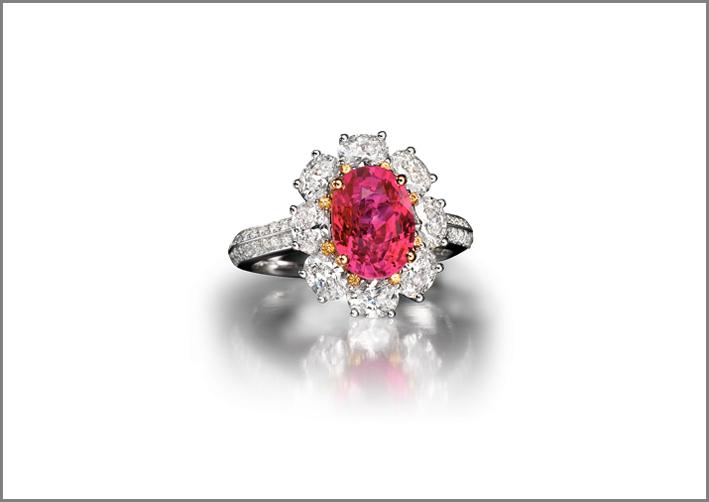 Classico anello con rubino e petali in diamanti