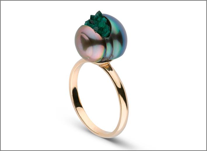 Anello, perla di Thaiti con smeraldi