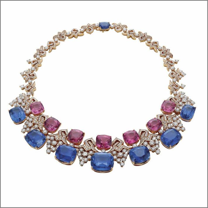 Blue Iridescent, collana di Bulgari, alta gioielleria, collezione Giardini Italiani. Oro bianco 18 carati, 7 zaffiri taglio cuscino (187,48 carati), 7 spinelli rosa taglio cuscino (81.13 carati), diamanti tondi (24,75 carati) e pavé di diamanti