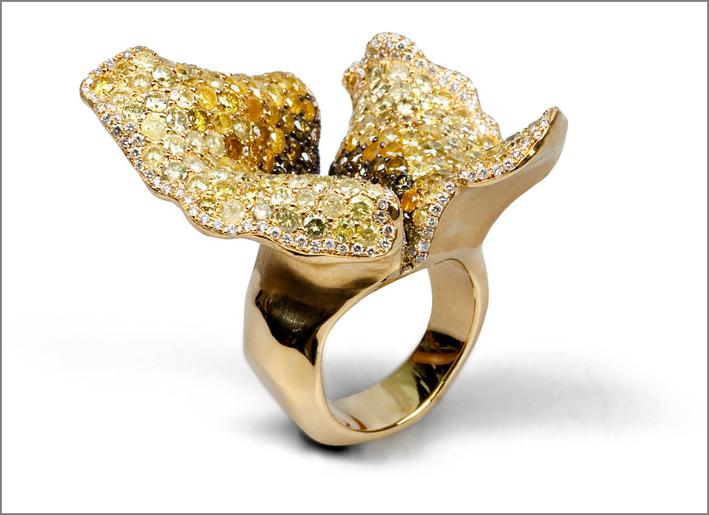 Anello della collezione Drape in oro giallo con diamanti bianchi, brown e gialli