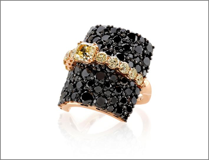 Anello della collezione Contrasti con pavé di diamanti neri