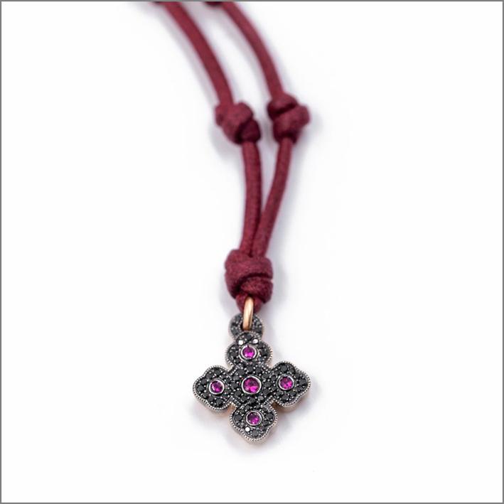 Pendente a croce con diamanti neri e rubini