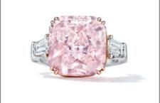 Anello con diamante rosa di 8,42 carati, fancy rosa intenso, taglio brillante, ma «modificato rettangolare», chiarezza VVS1. AI lati due diamanti baguette