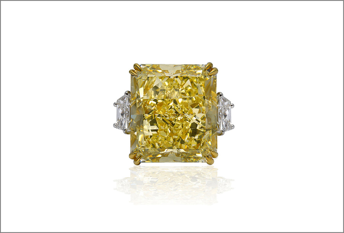 Anello con grande diamante fancy intense yellow