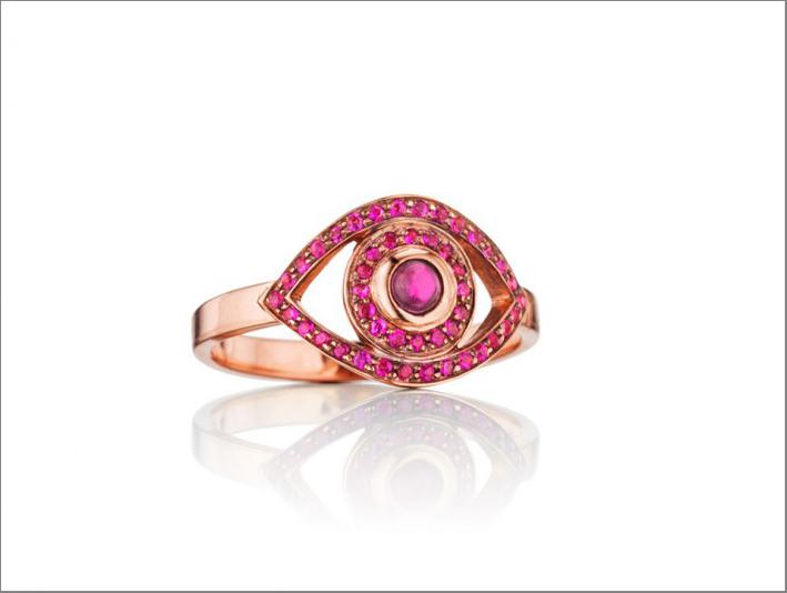 Anello in oro rosa, rubini, quarzo al centro