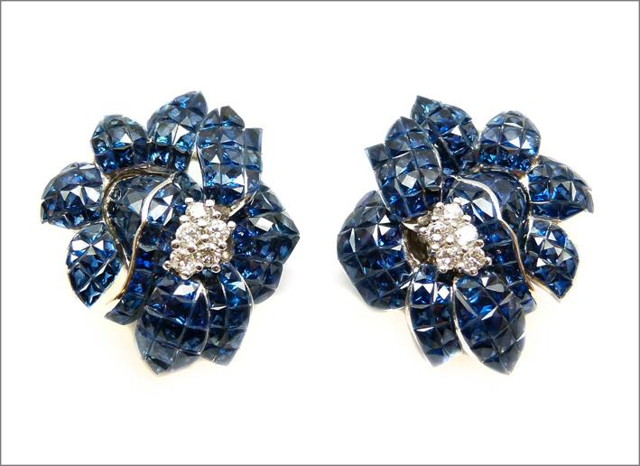 Orecchini a forma di fiore, zaffiri e diamanti, anni Sessanta