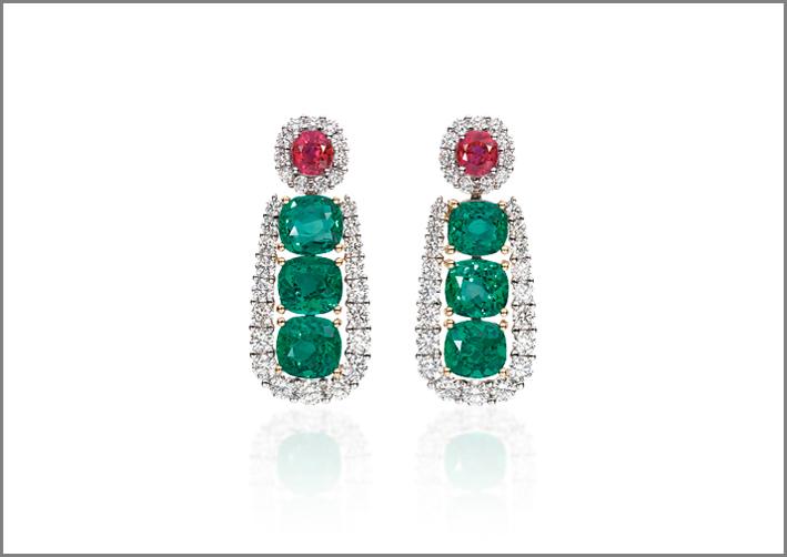 Orecchini pendenti con smeraldi e rubini