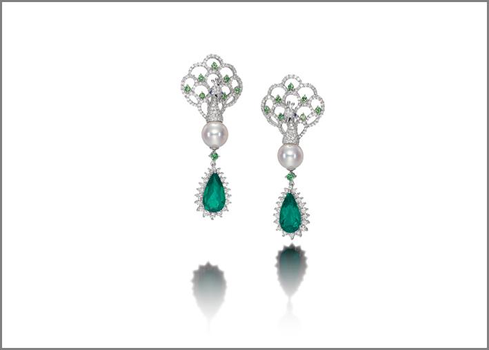Orecchini con smeraldi taglio a goccia, diamanti e perle