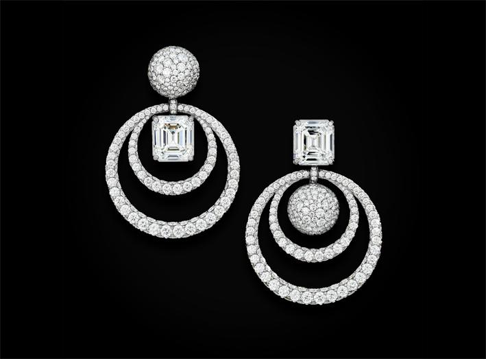 Orecchini in oro bianco composti da un diamante bianco taglio smeraldo (5,13 carati), un altro diamante bianco taglio smeraldo (5,67 carati), e 743 diamanti bianchi (16,03 carati)