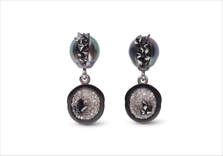 Orecchini con diamanti neri e bianchi e perle di Tahiti