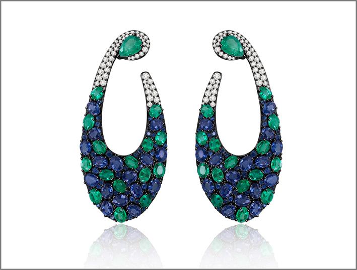 Orecchini della collezione Mosaic in oro bianco e brunito, zaffiri, diamanti e smeraldi