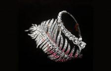 Anello a forma di piuma con diamanti e rubini