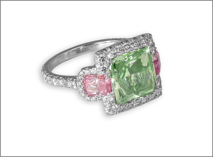 David Morris, anello con diamante a taglio princess verde intenso con spalline di diamantati rosa e micro diamanti bianchi