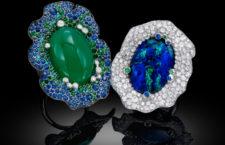 Embracing Flowers: anello in diamanti bianchi, zaffiri, pietre semipreziose e opale centrale su oro bianco. Anello in diamanti bianchi, zaffiri, pietre semipreziose e calcedonio centrale su oro bianco