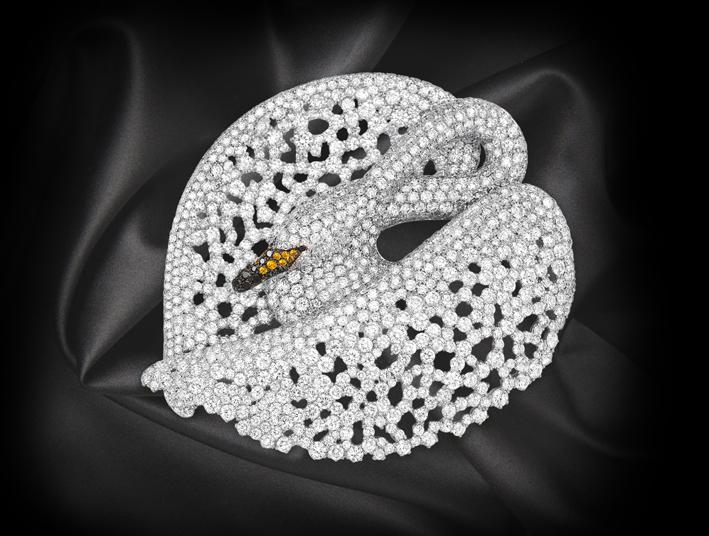 Spilla in diamanti bianchi e neri e zaffiri su oro bianco