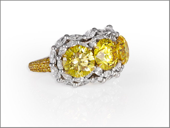 Anello in oro bianco con tre diamanti fancy yellow e diamanti taglio marquise