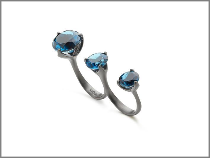 Antonini, anello Troi et Moi in oro rodiato nero con topazi blu