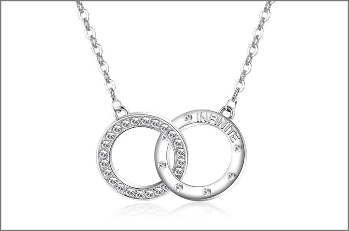 Collana in acciaio con due cerchi intrecciati in acciaio con incisioni sul retro e cristalli Swarovski