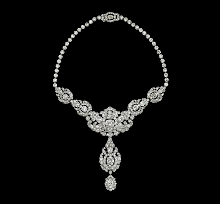 La collana Nizam of Hyderabad di Cartier , in platino e diamanti. Prestata da Sua Maestà la regina Elisabetta